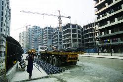 建設が進む集合住宅(デリー)(Bloomberg)