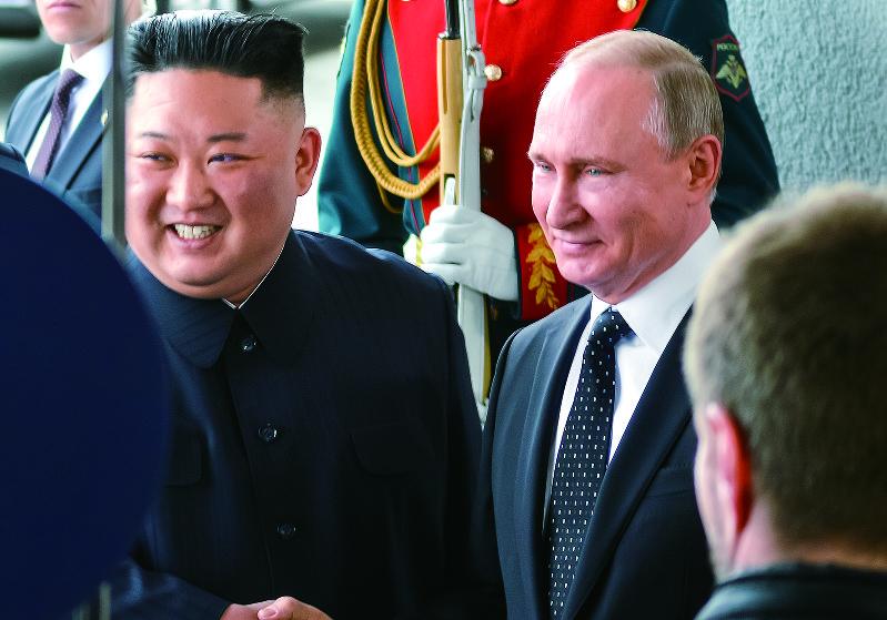 笑顔を見せるプーチン大統領(右)と金委員長(筆者撮影)