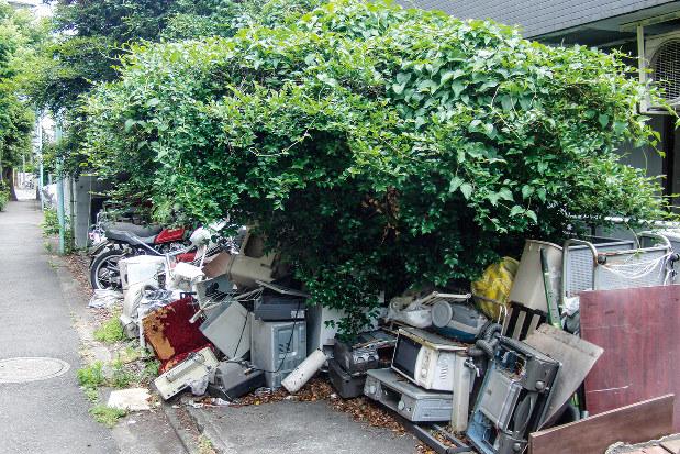 東京都内のあるマンションの裏手には粗大ゴミが積み上げられていた