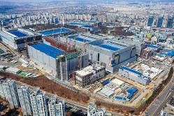 p76_サムスンがファウンドリー事業の本拠にする華城工場のS3ライン(製造棟、中央)。手前には建設中の最先端ファウンドリー事業のためのEUVリソグラフィー専用製造棟が見える(サムスン電子報道資料より)