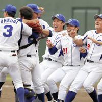 第6代表に決まり喜ぶ王子の選手たち=愛知県岡崎市民球場で、兵藤公治撮影