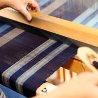 河内木綿を原料に機織り機を使って織り上げられる布=東大阪市で、幾島健太郎撮影