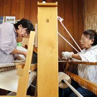 縦糸の成形をする工房の女性たち=東大阪市で、幾島健太郎撮影
