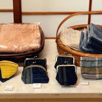 河内木綿を原料に工房で作った財布などの商品=東大阪市で、幾島健太郎撮影