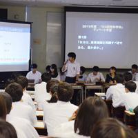 映像や統計を駆使して自分たちの主張の正当性を訴える生徒=和歌山市太田の県立向陽高で、山成孝治撮影