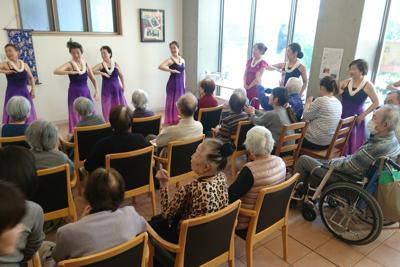 「認知症カフェ」でボランティアのフラダンスを楽しむ人たち=東京都千代田区のジロール麹町「きのこカフェ」で4月15日