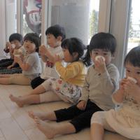 遊びの途中で麦茶を飲む保育園児=東京都港区のポピンズナーサリースクール広尾で、大沢瑞季撮影