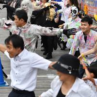 マイケル・ジャクソンさんの没後10年を記念して、ダンスをするファンら=大阪市中央区で2019年6月8日午後3時3分、木葉健二撮影