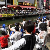 マイケル・ジャクソンさんの没後10年を記念して、歌うファンら=大阪市中央区で2019年6月8日午後3時15分、木葉健二撮影