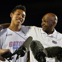 陸上の全米大学選手権男子100メートル決勝で、9秒97の日本新記録をマークし、インタビューを受けるコーチと肩を組むサニブラウン・ハキーム(左)=米テキサス州オースティンで2019年6月7日、隅俊之撮影