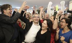 欧州議会選の速報を聞いて喜ぶ緑の党のアンナレーナ・ベーアボック代表(前列右から2人目)ら=ベルリンで5月26日、AP