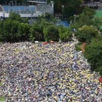 デモの出発地点となった公園を埋め尽くした群衆。「雨傘運動」で抵抗のシンボルとなった黄色い傘をさしている人も多い=香港中心部で2019年6月9日午後2時55分、福岡静哉撮影