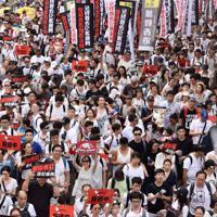 幹線道路上を埋め尽くしたデモ隊=香港中心部で2019年6月9日午後3時34分、福岡静哉撮影