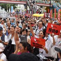逃亡犯条例改正への反対を叫びながらデモをする市民ら=香港中心部で2019年6月9日午後3時47分、福岡静哉撮影