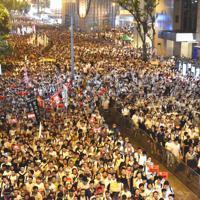 午後2時半に始まったデモは、午後8時を過ぎても人の波が道路を埋め尽くしていた=香港中心部で2019年6月9日午後8時8分、福岡静哉撮影
