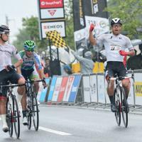 Jプロツアー第8戦で優勝した今村駿介(右)=全日本実業団自転車競技連盟提供