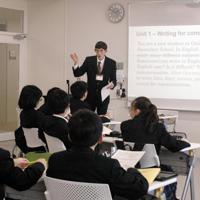国際バカロレアを導入する大宮国際中等教育学校の授業。ネーティブの教員が担当することも多い=さいたま市で