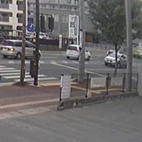 交差点の約900メートル南で撮影された防犯カメラの映像。小島さんのワゴン車(左端)にブレーキランプが点灯している。この時点では正常に運転していたとみられる=西福岡クレーン提供