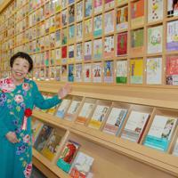 田辺聖子文学館を見学する田辺さん=東大阪市・大阪樟蔭女子大小阪キャンパスで2007年6月9日、大西達也撮影