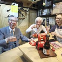 昭和の風情を残す「のんべい横丁」。「会津」には50年以上通う徳さん(左)の笑顔があった=東京都渋谷区で、梅村直承撮影