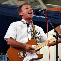 沖縄県知事選の告示前にイベントに出演し、自身のバンドで演奏した玉城デニー氏=沖縄県うるま市で2018年9月、佐野格撮影