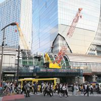 渋谷駅周辺は再開発が進み、建設中の高層ビルとクレーンが目立つ=東京都渋谷区で2019年6月、玉城達郎撮影
