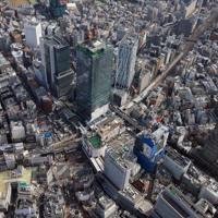 渋谷駅周辺を上空から見ると、建設中の再開発ビルがほかより際立って高いことが分かる=2019年4月、東急電鉄提供
