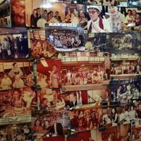 「会津」の壁には、店の年輪のように亡くなった先代ママと常連の写真が飾られている。慕われていた人柄がにじむ=東京都渋谷区で2019年5月、梅村直承撮影