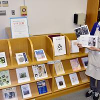 兵庫県宝塚市立中央図書館にあるマチ文庫のコーナー。順調に蔵書数を増やしている=同市清荒神1で、土居和弘撮影