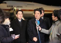 記者の質問に答える安倍晋三首相(右)と岸田文雄外相=宮武祐希撮影