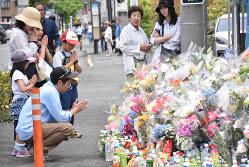 川崎市登戸の児童殺傷現場で献花する人々