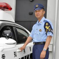 パトカーに乗り込む清水寿浩警部=名古屋市北区の県警名北分庁舎で