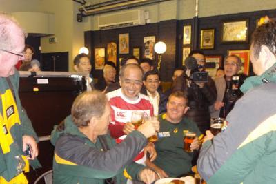 2015年ラグビーW杯の視察で、南アフリカのサポーターと乾杯する広瀬知事(中央)