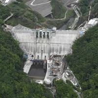 本体工事(ダム本体のコンクリート打設)がほぼ完成した群馬県長野原町の八ッ場ダム=2019年6月12日午前9時49分、本社ヘリから