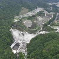 本体工事(ダム本体のコンクリート打設)がほぼ完成した群馬県長野原町の八ッ場ダム=2019年6月12日午前9時48分、本社ヘリから