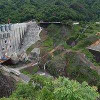 本体工事がほぼ完了した八ッ場ダム=群馬県長野原町で2019年6月12日午前9時1分、藤井太郎撮影