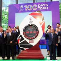 ラグビーW杯開幕まで100日となり、披露されたカウントダウンクロック=東京都千代田区で2019年6月12日午前11時44分、小川昌宏撮影