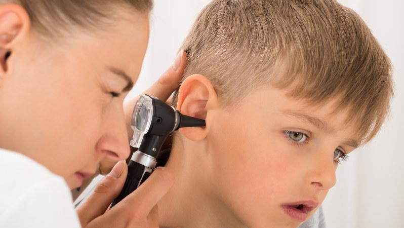 子どもの耳を検査する医師