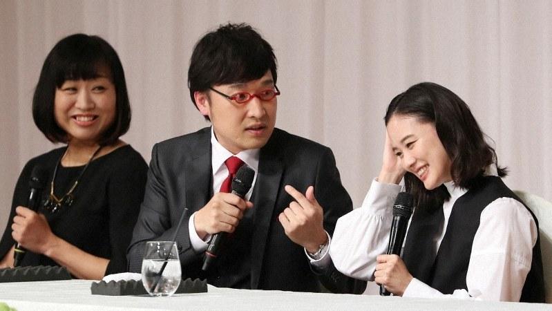 結婚発表の記者会見で笑顔を見せる(右から)女優の蒼井優さん(右)、お笑いコンビ「南海キャンディーズ」の山里亮太さんと山崎静代さん=東京都内のホテルで2019年6月5日、小川昌宏撮影