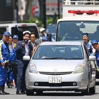 池袋で暴走した乗用車に母子がはねられて死亡した事故で、実況見分を実施する警視庁の捜査員ら=東京都豊島区で2019年6月13日午前10時58分、佐々木順一撮影