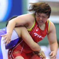女子76キロ級1回戦、鏡優翔(左)に敗れた皆川博恵=東京・駒沢体育館で2019年6月13日、宮武祐希撮影
