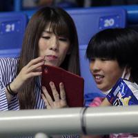 試合を観客席から観戦する吉田沙保里(左)=東京・駒沢体育館で2019年6月13日、宮武祐希撮影