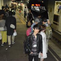 臨時列車「令和号」から降りたツアー参加者でにぎわう旧成田空港駅=千葉県成田市で2019年5月1日、中村宰和撮影
