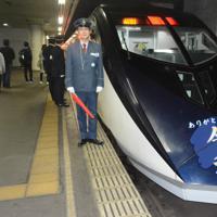 当時の制服を着て臨時列車「令和号」のそばに立つ増田敦駅長=千葉県成田市で2019年5月1日、中村宰和撮影