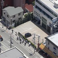 園児が乗用車にはねられた現場=兵庫県西宮市で2019年6月13日午後0時12分、本社ヘリから