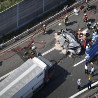 名神高速道路上り線で発生した大型トラックとワゴン車の事故現場=滋賀県竜王町で2019年6月13日午後2時49分、本社ヘリから