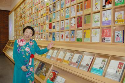 「田辺聖子文学館」開館記念式で館内を見学する田辺聖子さん=東大阪市の大阪樟蔭女子大小阪キャンパスで2007年6月、大西達也撮影