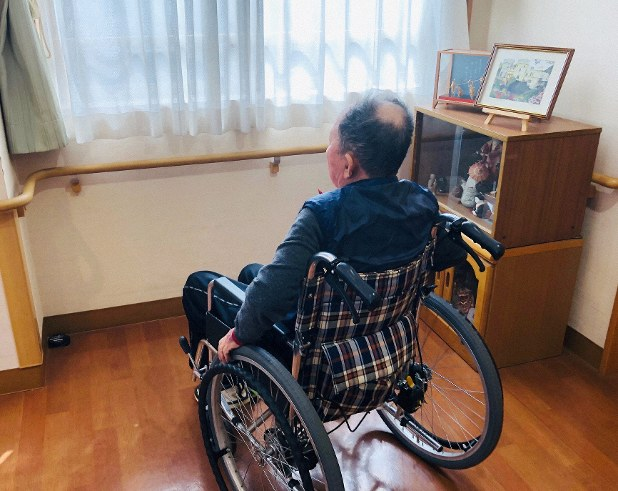 介護付き有料老人ホームで暮らすサトシさん。入所してもうすぐ2年になる