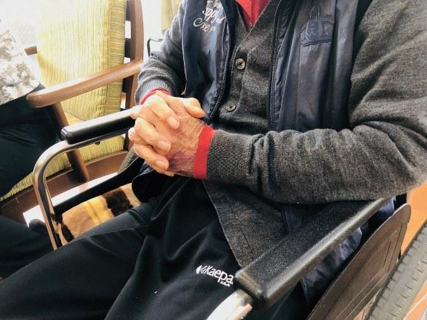 サトシさんは入所後に認知症が進行した。面会に来た家族の名前を思い出せないこともある
