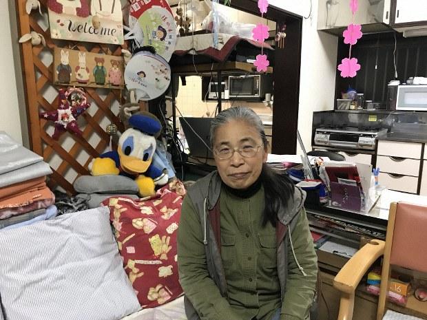 「すきっぷ」が経営するデイサービス施設のソファに座る田中良枝さん